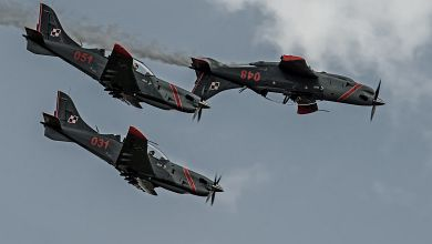 'Orlik' aerobatics team performing 'The Pistol' maneuver